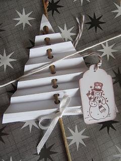 árboles de navidad muy originales hecho de papel plegado