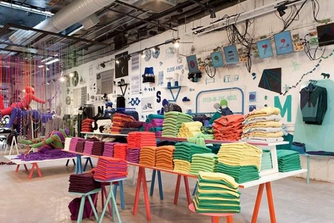 Las mesas son un elemento del mobiliario de tiendas con un alto grado de resultados positivos. Permiten la colocación por concepto, por familias, ambientes e incluso estilismos completos a modo de exposición.