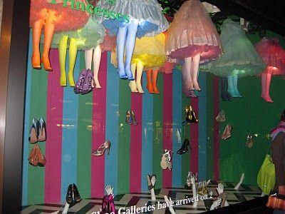 Escaparate de zapatos multicolor contemporáneo