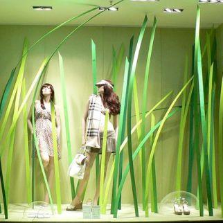 Los escaparates en verde evocan notas de frescor, salud y naturaleza