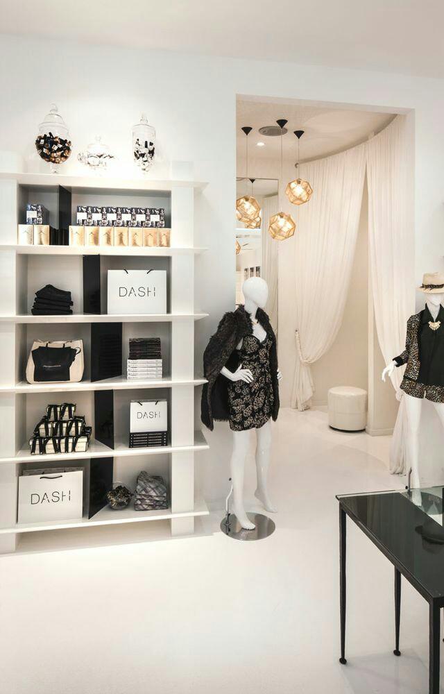 Entrada a probadores en tienda de lujo de moda