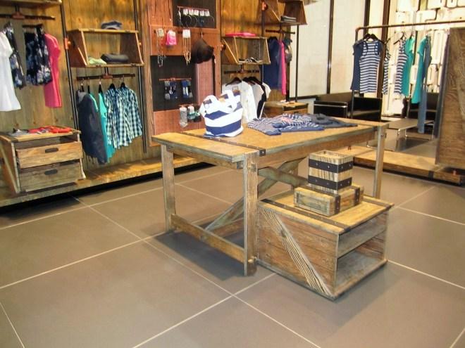 Grupo de mesas acordes al concepto del diseño de tienda