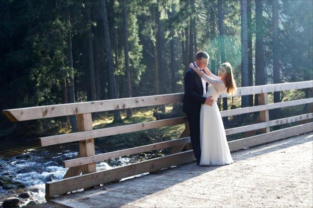 Ujęcie ślubne na drewnianym moście