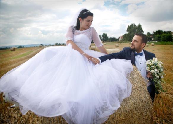 Sesja ślubna na sianie
