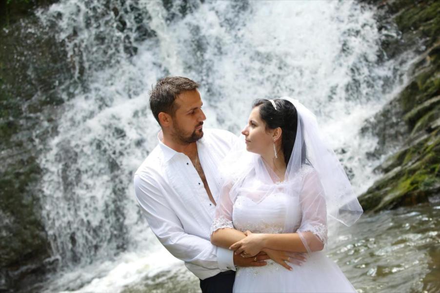 Sesja ślubna pod wodospadem w Iwli