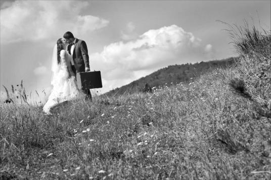 Sesja ślubna z walizką