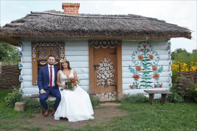 Sesja ślubna przy starej chacie