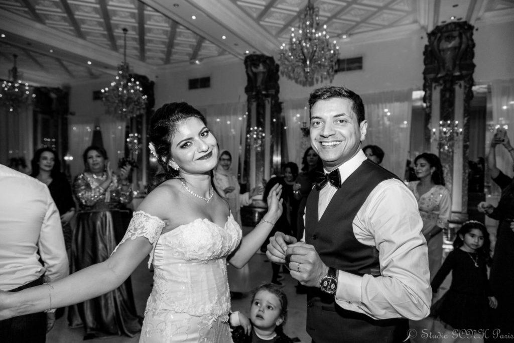 photo mariage noir et blanc couple dansant