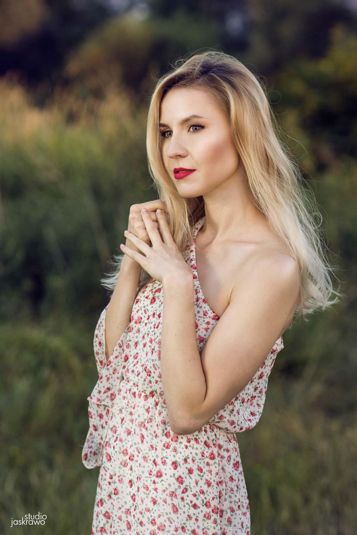 dziewczyna w kwiecistej sukience z rękoma przy twarzy