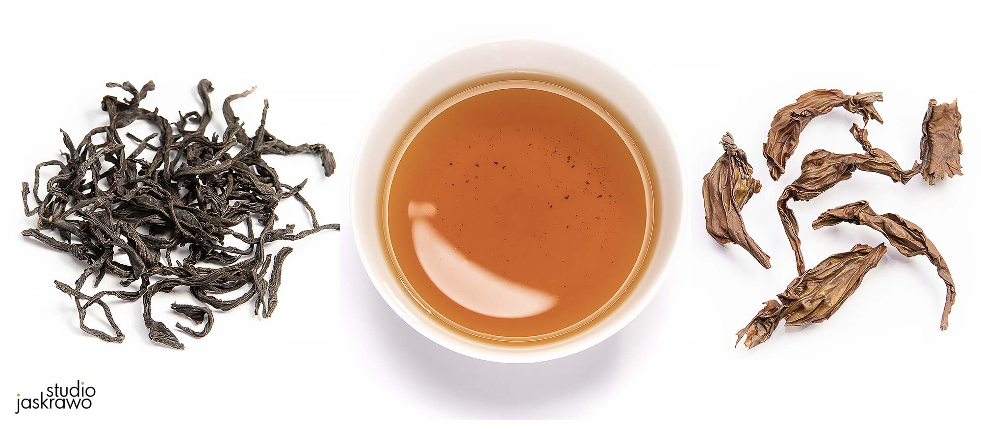 suche liście zielonej herbaty, herbata w filiżance, mokre liście zielonej herbaty