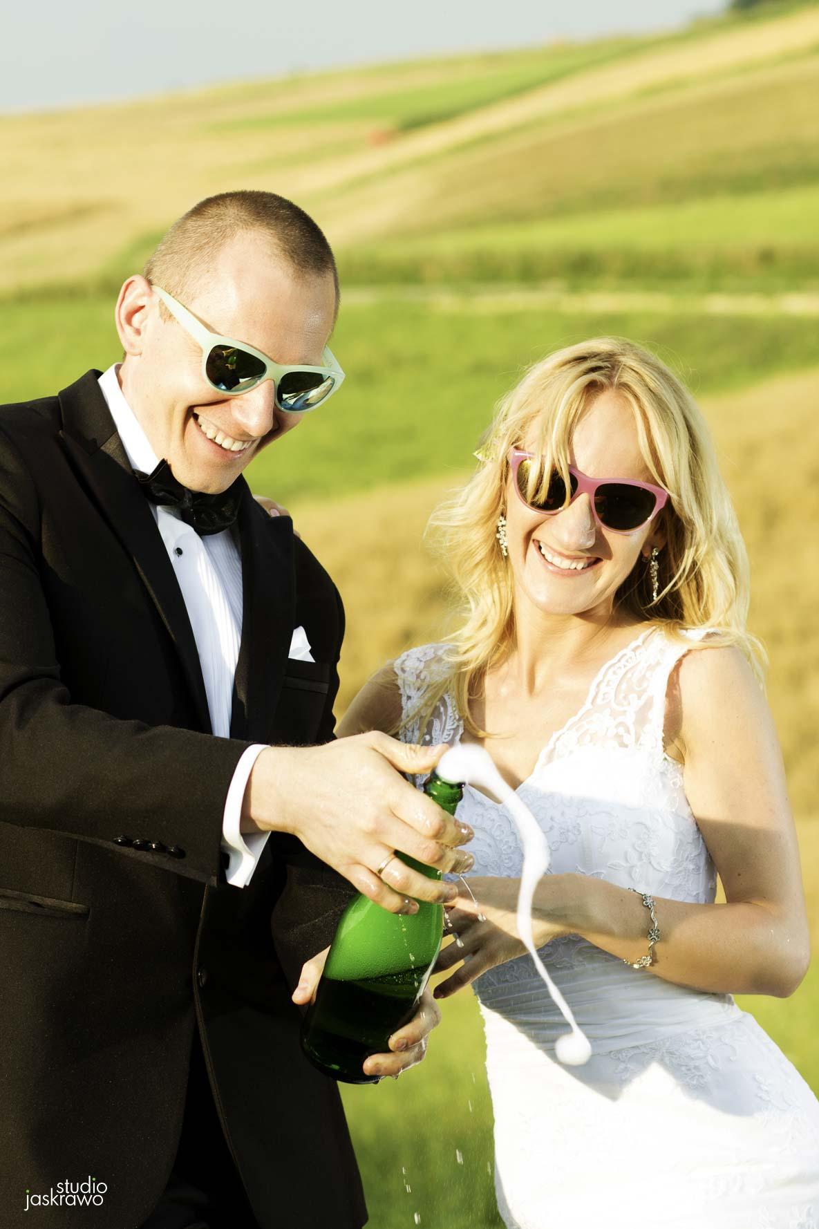 para młoda pije szampana