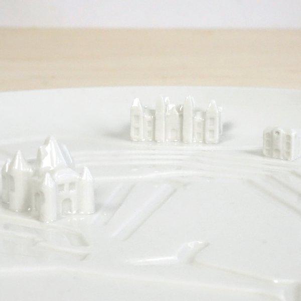 c08-ams-detail2-city-plates-amsterdam-bebouwe-kom-schaal-met-gebouwen-studio-lorier-porselein-bord-met-grachten