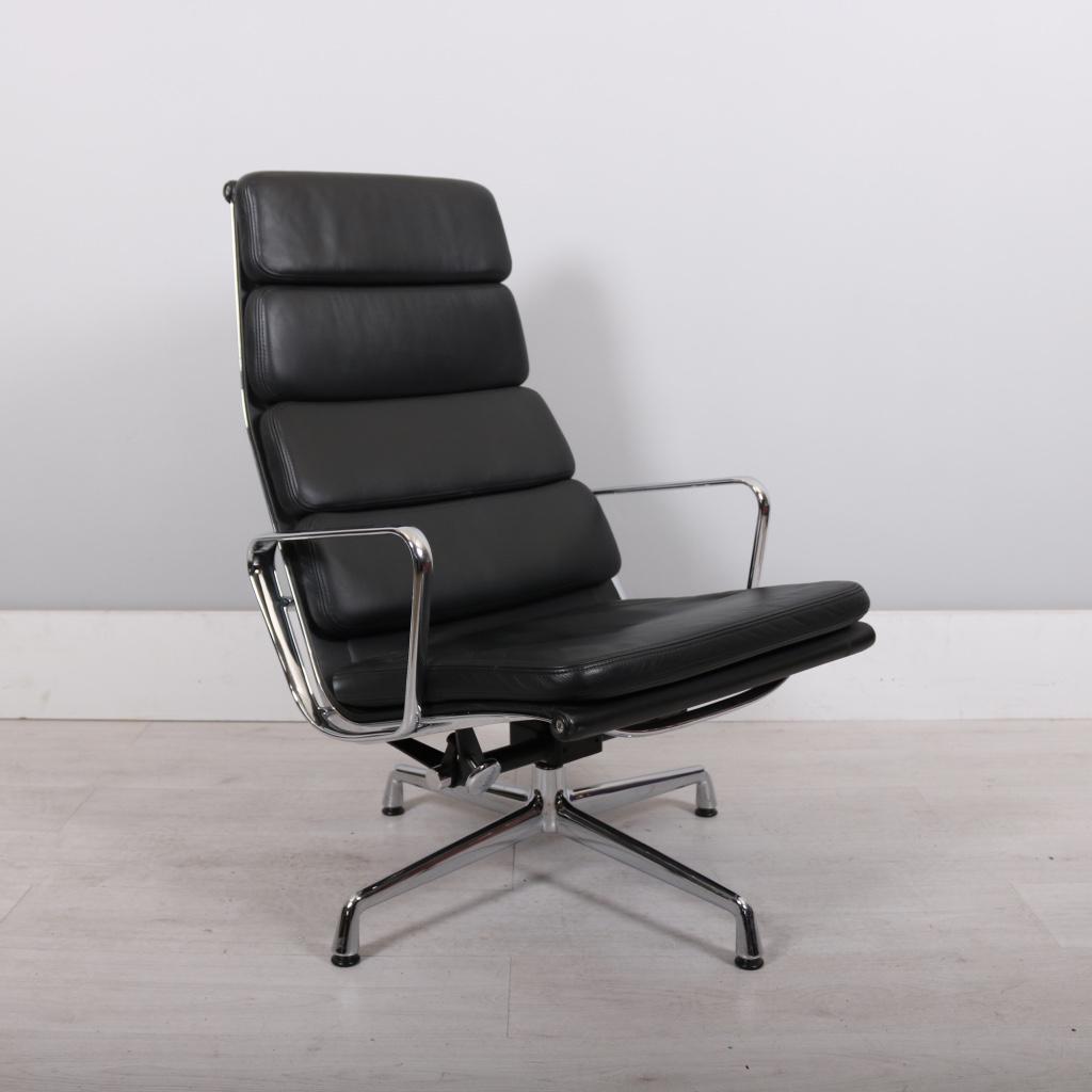 Vitra Eames EA222 lobby chair