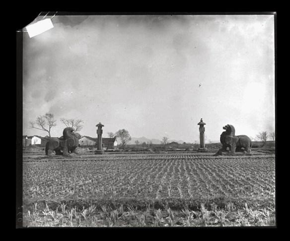Province-Jiangsu-lieux-Sépulture-de-Xiao-Ji-architecture-Jurong-ville-Nanjing-environs-de-Nankin-environs-de-Shishicun-ville.-Missions-archéologiques-françaises-en-Chine-1707-1723-excursion-Victor-SEGALEN-1917