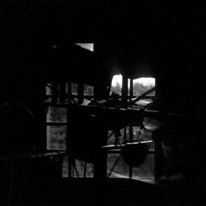 Face à un écran noir. Zakane