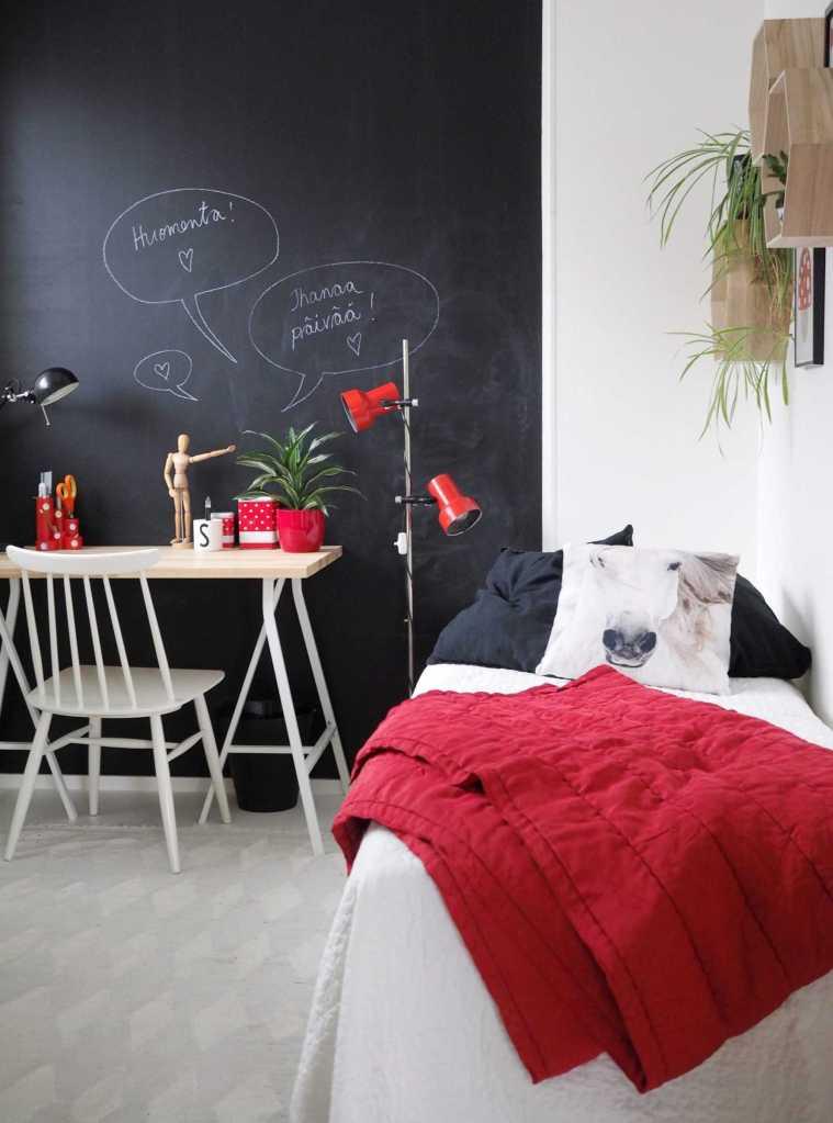 Teinitytön makuuhuone, punainen tehosteena