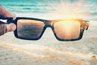 眩しさ防ぐサングラスの仕組み「偏光」を理系ライターがわかりやすく解説