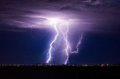 【慣用句】「雷が落ちる」の意味や使い方は?例文や類語をWebライターが解説!