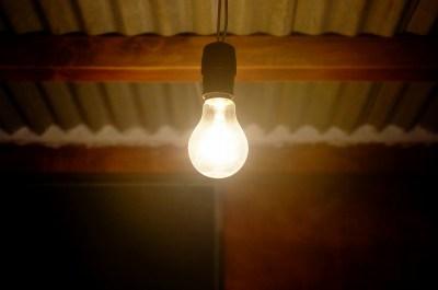 電気を流すと熱くなるのはなぜ?電気抵抗による温度上昇の原因を理系ライターが簡単に説明
