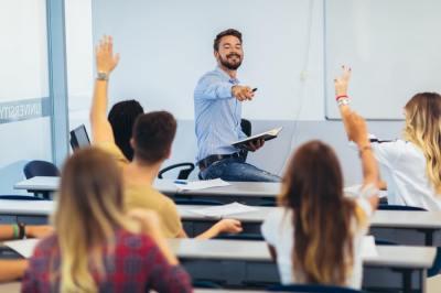 【慣用句】「教鞭を執る」の意味や使い方は?例文や類語などを現役塾講師が解説!
