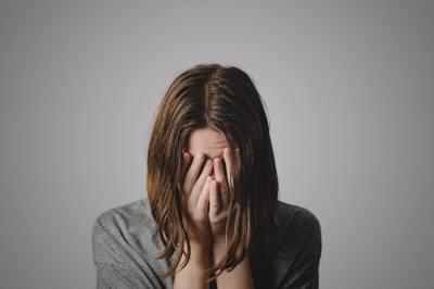 【慣用句】「血の涙」の意味や使い方は?例文や類語を元新聞記者が解説!
