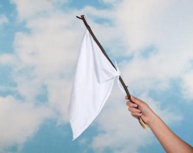 「白旗を振る」の意味や使い方は?例文や類語を元新聞記者が解説!