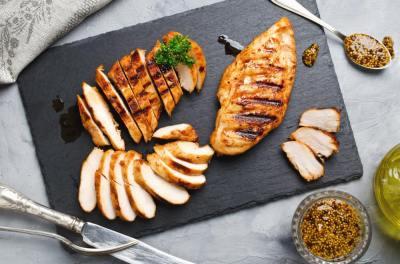 よりヘルシーなのは?ささみと胸肉の違いを栄養素や味・調理法などからタンパク質オタクが解説