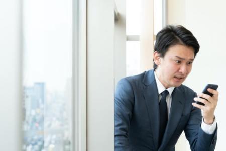 【慣用句】「眉を寄せる」の意味や使い方は?例文や類語を日本語オタクライターが解説!