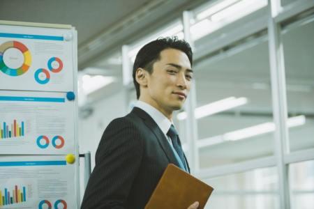 「せせら笑う」の意味や使い方は?例文や類語を日本文学科卒Webライターが解説!