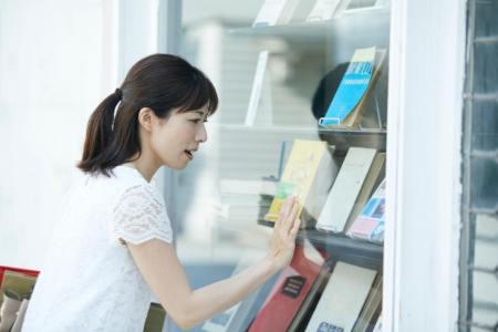 【慣用句】「指をくわえる」の意味や使い方は?例文や類語を日本語オタクライターが解説!