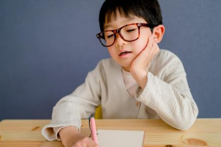「右の耳から左の耳」の意味や使い方は?例文や類語をプロダクション編集者が解説!