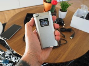 Shure SHA900 in der Hand