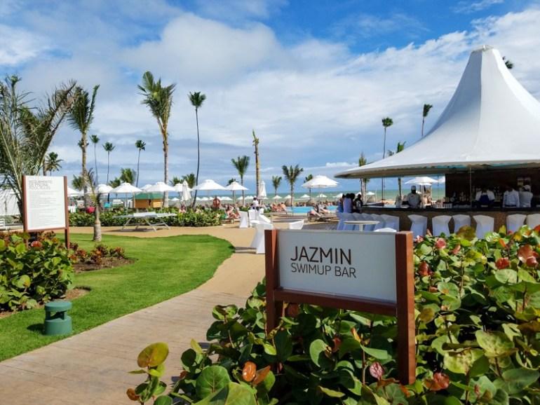 Jazmin bar at the pool & beach