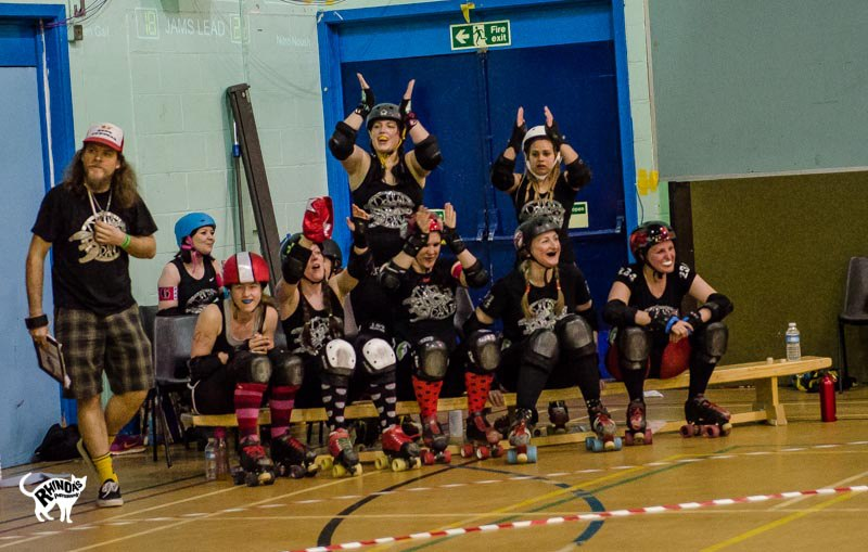 Dollies cheering on the bench ^^