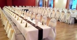 Hochzeitsdeko mit Satin-Stuhlhussen