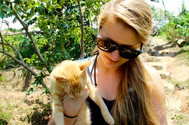 Andrea in love with the cat that acted like a dog at Finca El Paraíso