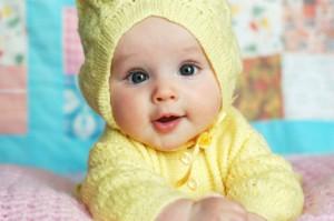 beau petit bebe de paques en jaune
