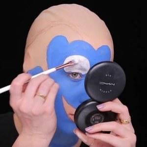 Elle mappe ensuite sur son visage Dory et commence à le remplir avec de la peinture.