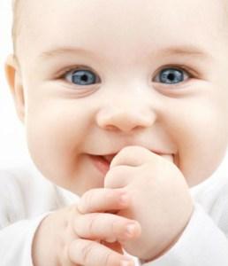 superbe bebe aux yeux bleus