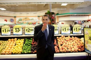 Barack Obama goûte un fruit au supermatché