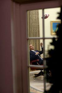 Barack Obama joue au football tout seul