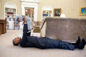 Barack Obama joue avec un bébé dans son bureau Wow