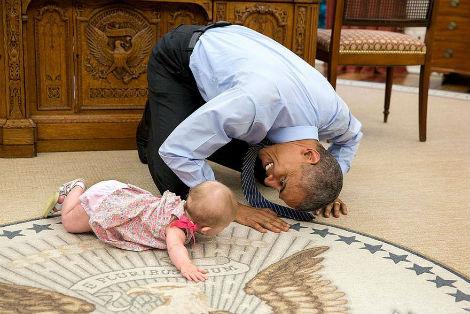 Barack Obama joue avec un bébé dans son bureau