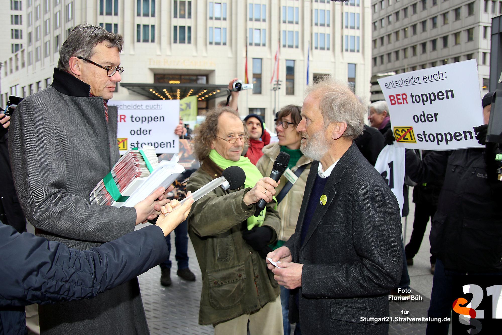 Dr. Eisenhart von Loeper, Sprecher des Aktionsbündnis gegen Stuttgart 21 übergibt Achim Strauß, stellv. Leiter der Konzernpressestelle Deutsche Bahn AG, ein Bündel mit Unterschriften und ein Gutachten