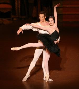 Anna Osadcenko (Odette/Odile) and Evan McKie (Siegfried)