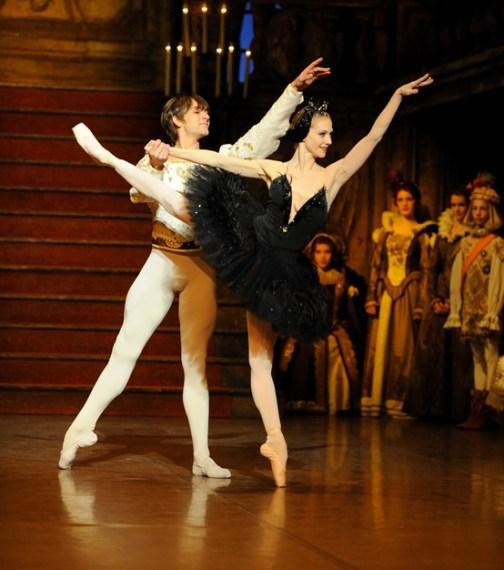 """Japan-Gastspiel, """"Schwanensee"""": Alicia Amatriain (Odile) und Friedemann Vogel (Prinz Siegfried), Foto: Stuttgarter Ballett"""