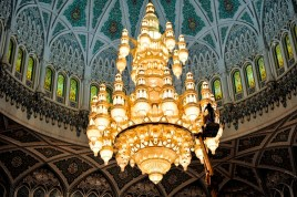 Impressions from Oman: The inside of the cupola. The main prayer hall can hold over 6000 men - and a gigantic chandelier.