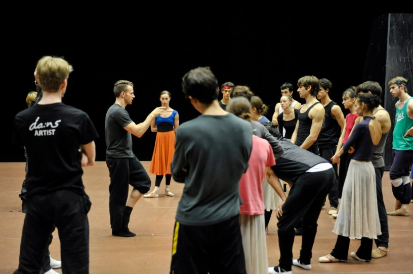 Sidi Larbi Cherkaoui's assistant Jason Kittelberger with the dancers