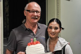 Our head of production Axel Schob celebrates his birthday in the theater, here with Sue Jin Kang shortly before the first performance.