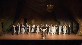 The dancers of the Stuttgart Ballet applaud Sue Jin Kang.